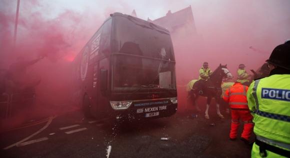 Автобусът на Сити се подготвя за хулиганите в Ливърпул