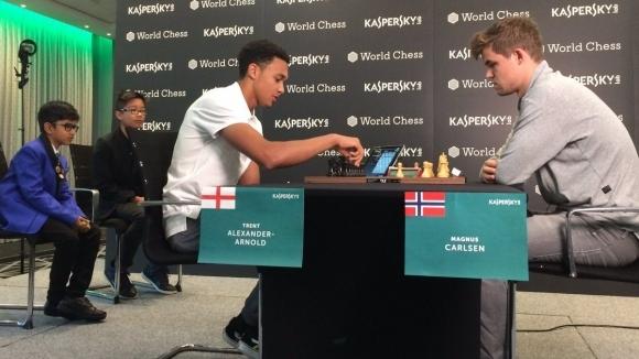 Футболист на Ливърпул загуби на шах от световния шампион Магнус Карлсен за 17 хода
