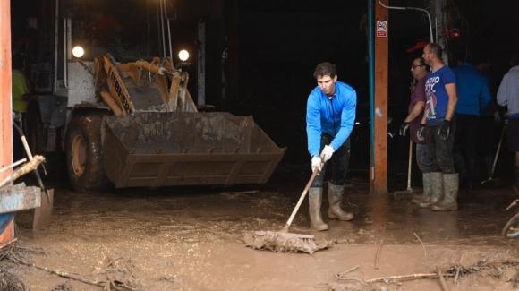 Голям! Рафаел Надал се включи в разчистването след потопа на остров Майорка