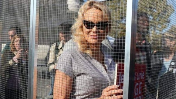 Затвориха Памела Андерсън в клетка
