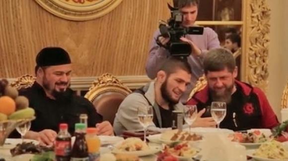 """Чеченски почести и """"Мерцедес"""" от Рамзан Кадиров за Хабиб Нурмагомедов (видео)"""