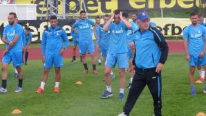 Ферарио Спасов предпазва играчите, дава им почивка по време на паузата