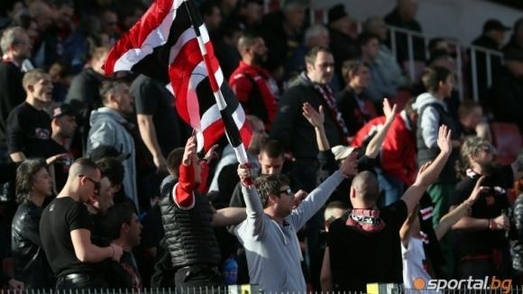 Феновете на Локомотив (София) поднесоха извинение за вандалската постъпка...