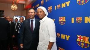 Барселона се дистанцира от Роналдиньо и Ривалдо заради политическата им позиция