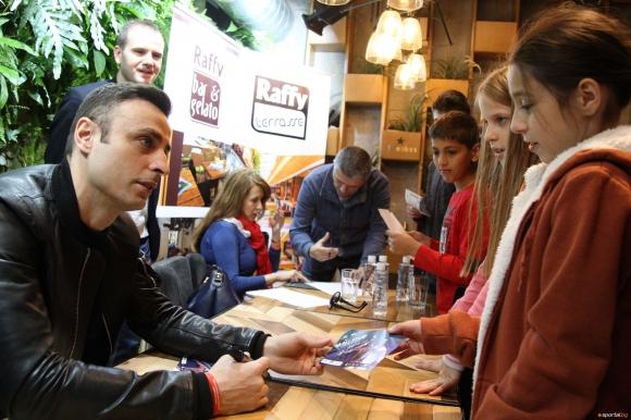 """Бербо дава автографи върху книгата си в """"Парадайс Център"""""""