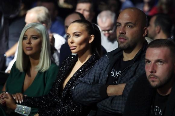 Андреа, Николета и Ники Михайлов гледат боксовата гала в София (видео + снимки)