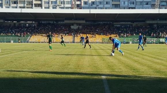"""Реновирането на стадион """"Черноморец"""" в Бургас продължава"""