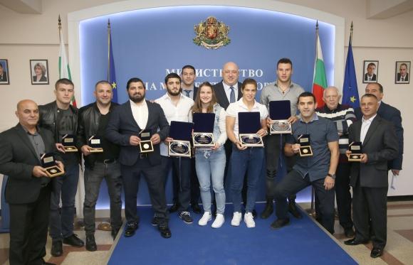Министър Кралев награди медалистите от Световното по борба