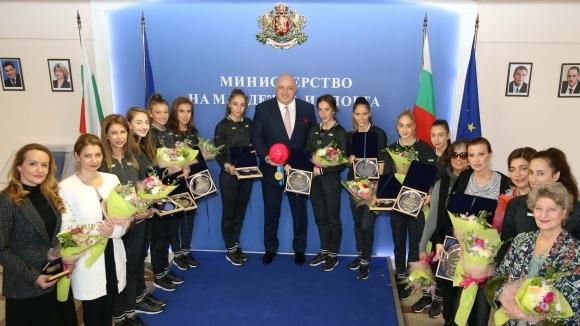 Министър Кралев награди момичетата от националния отбор по художествена гимнастика