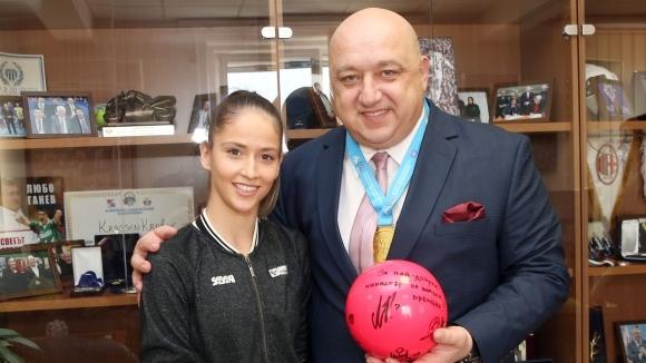 Националките по художествена гимнастика с благодарствено писмо до министър Кралев