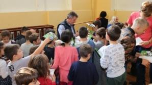 Емо Костадинов раздава тетрадки и автографи в столично училище