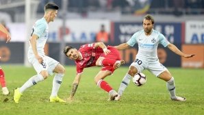 Две дузпи и червен картон белязаха дербито на Букурещ (видео)