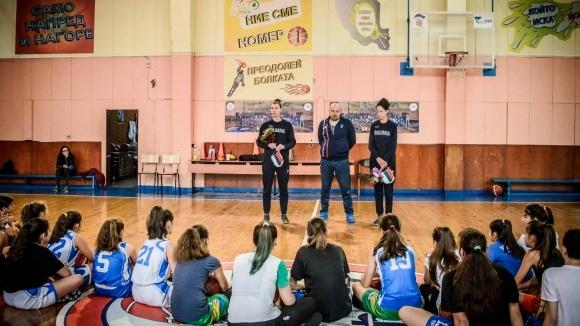 Националки посетиха младите баскетболистки  на клуб Левски