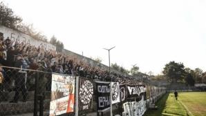 Влак мина през трибуна на футболен мач (видео)