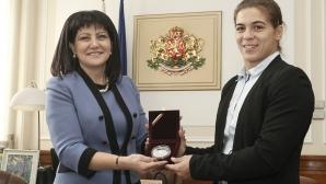 Народното събрание приветства световната шампионка Тайбе Юсеин и треньора й