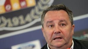 Бесен Стоянович крещи на играчите, заплашва да си тръгне, ако той е проблемът