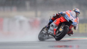 Дови спечели на финала на сезона в MotoGP след щуро състезание с десетки падания