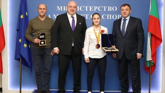 Министър Кралев връчи почетен плакет на бронзовата медалистка от...