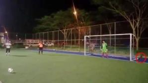 Футболист пропусна дузпа заради... куче (видео)
