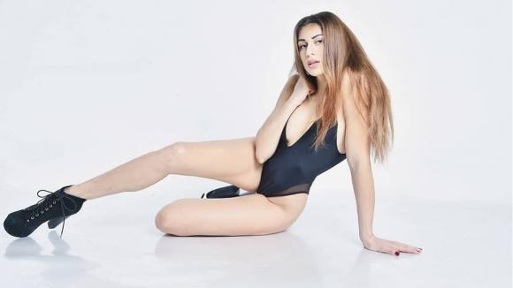 Секси волейболистка се разголи в скандално рап видео (видео)
