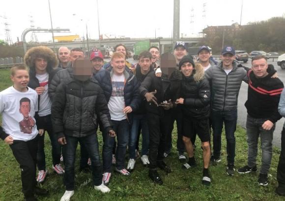 Привърженици на Ливърпул скрили в рейса двама бежанци