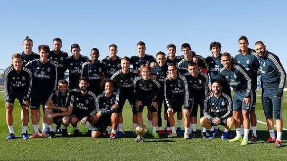 """Модрич показа """"Златната топка"""" на съотборниците си в Реал, Рамос пита за своята"""