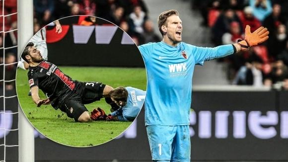 Вратарят на Аугсбург доиграл мача си, въпреки че отхапал част от езика си