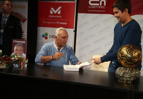 Стоичков раздава автографи в НДК, хората се снимат с оригиналната