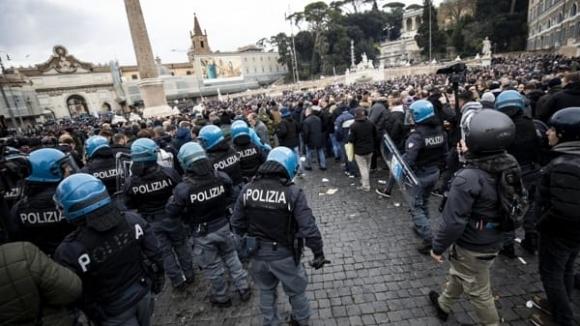 Феновете на Айнтрахт вдигнаха на крак полицията в Рим