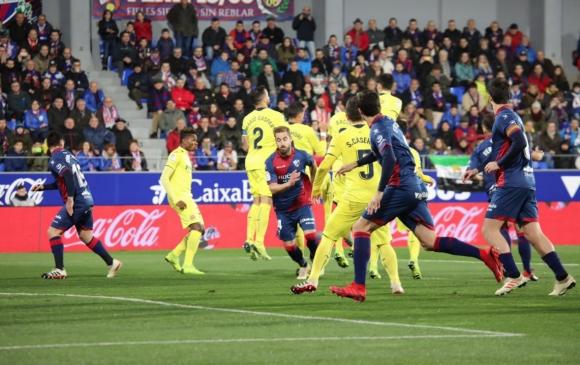 Три дузпи, червен картон и късен гол направиха интересен мача на Виляреал...