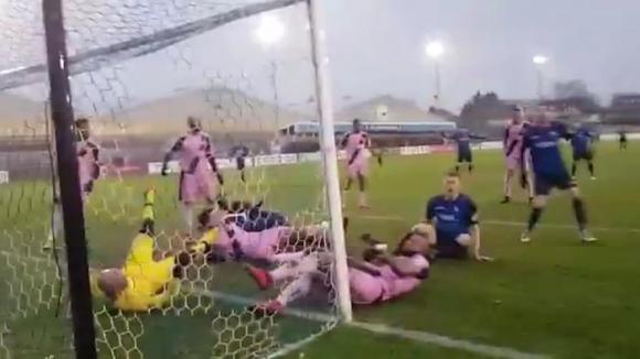 Когато топката просто не иска да влезе във вратата... (видео)