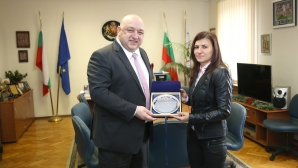 Министър Кралев награди световната вицешампионка по бокс Стойка Петрова