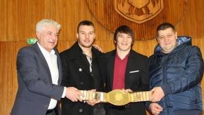 Даниел Алескандров с уникален дар за кмета на Дупница, поставят го в музей на спорта