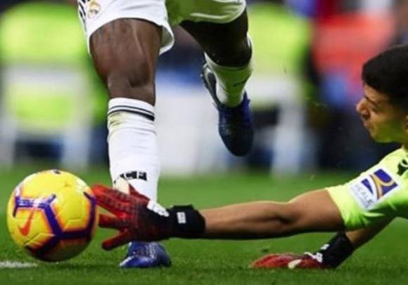 Вратарят на Реал Сосиедад извади снимка, с която твърди, че няма дузпа