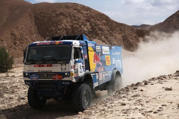 Дисквалифицираха екипаж на КАМАЗ заради инцидент със зрител на Дакар (видео)