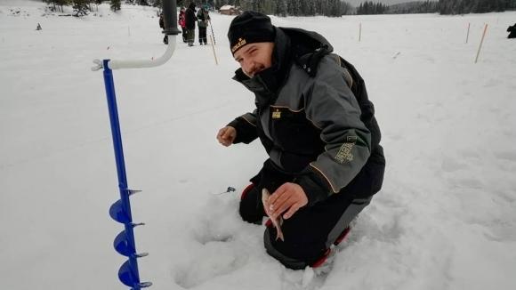 Снежен ад на световното по риболов на лед в Батак