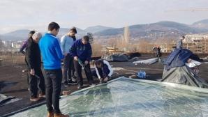 """Зала """"Арпезос"""" отново протече, волейболисти и ръководство започнаха ремонт (снимки)"""