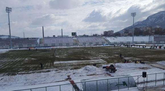 Снегът отложи мач от Първа лига, Ботев (Враца) изчисти стадиона
