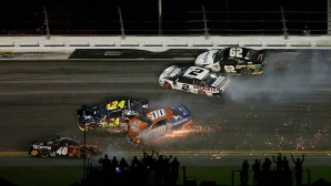 Дени Хамлин триумфира на Дайтона 500, 21 коли се нанизаха на пистата (видео)