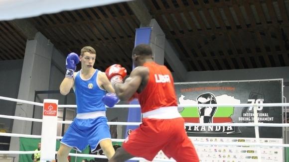 Кристиян Николов докосва медал на европейското по бокс