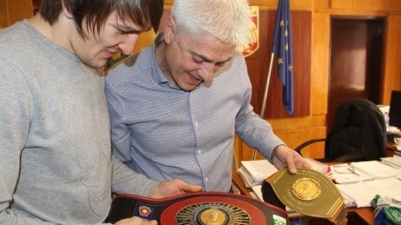 """Дани Александров показа на кмета на Дупница втория си пояс """"Дан Колов - Никола Петров"""""""