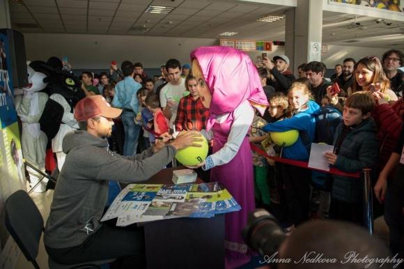 Продават топки с автографи на тенис звезди в подкрепа на болно дете от Плевен