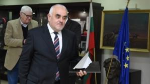 Николай Кръстев с приза в памет на Люпи и Мичмана
