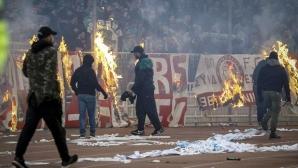 Фенове прекъснаха дербито на Гърция