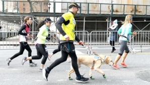 Сляп бегач завърши полумаратона на Ню Йорк с помощта на кучета водачи