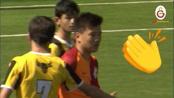 Този малък футболист направи нещо похвално (видео)