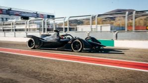 Болидът на Мерцедес за Формула Е направи дебюта си на пистата