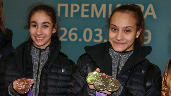 Ева Брезалиева, Стилияна Николова, Катрин Цонева и ансамбъл девойки ще...
