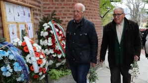 Десетки легенди и емблеми на Левски и ЦСКА изпратиха Сашо Костов