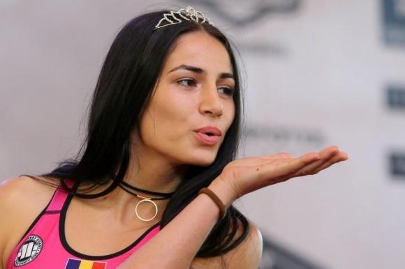 Красива румънка подписа с UFC